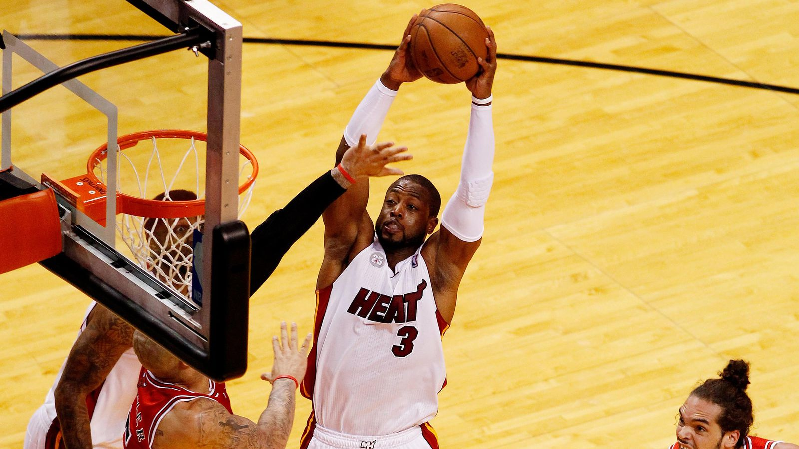 NBA  Un dunk de mammouth de LeBron James