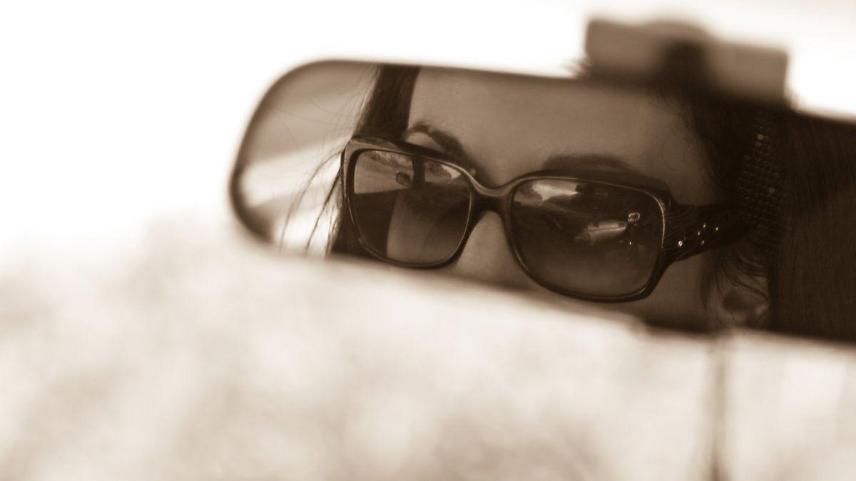 Фото девушек в зеркале автомобиля
