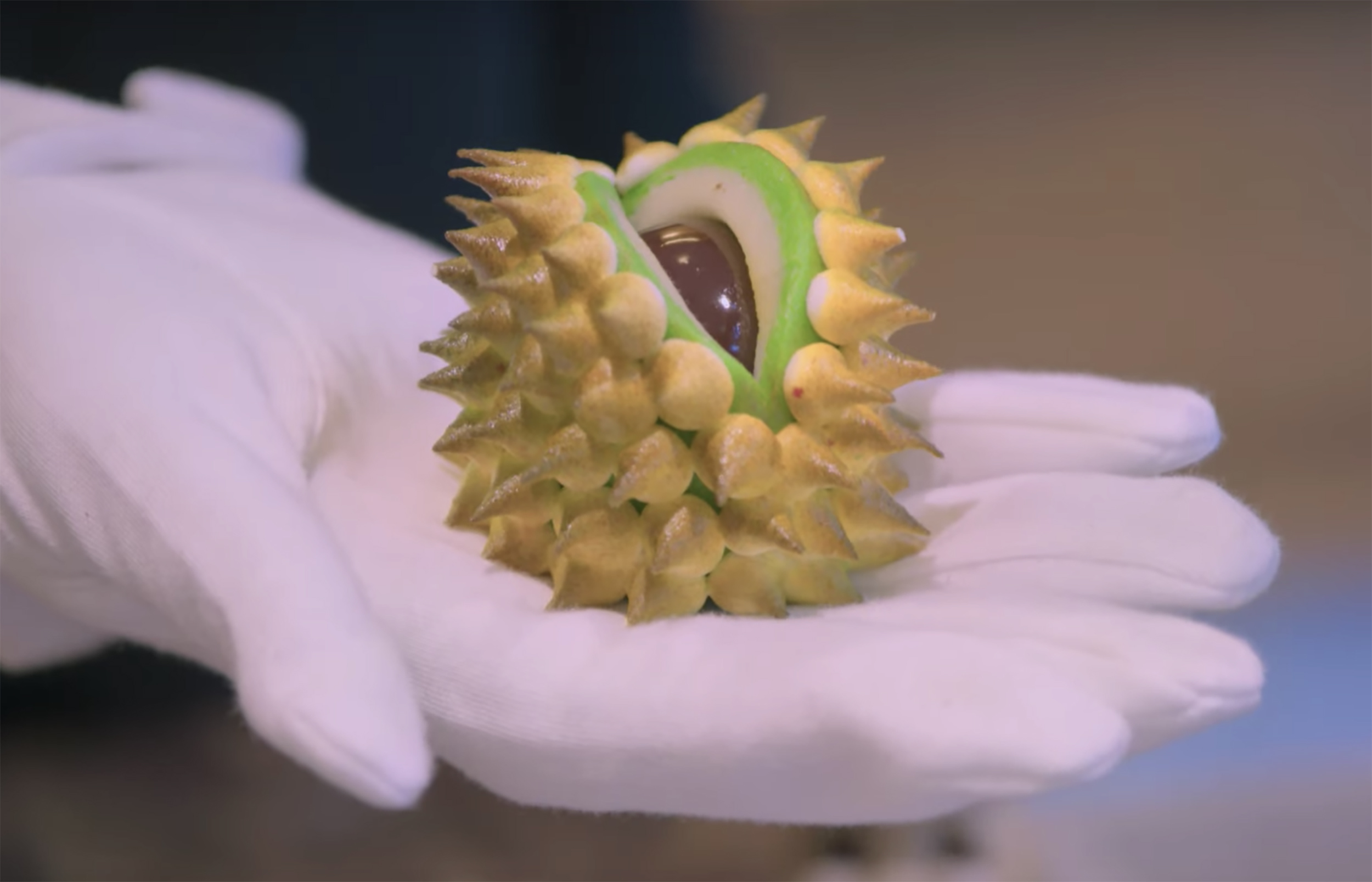 A spiky, green-and-yellow cocoa bulb