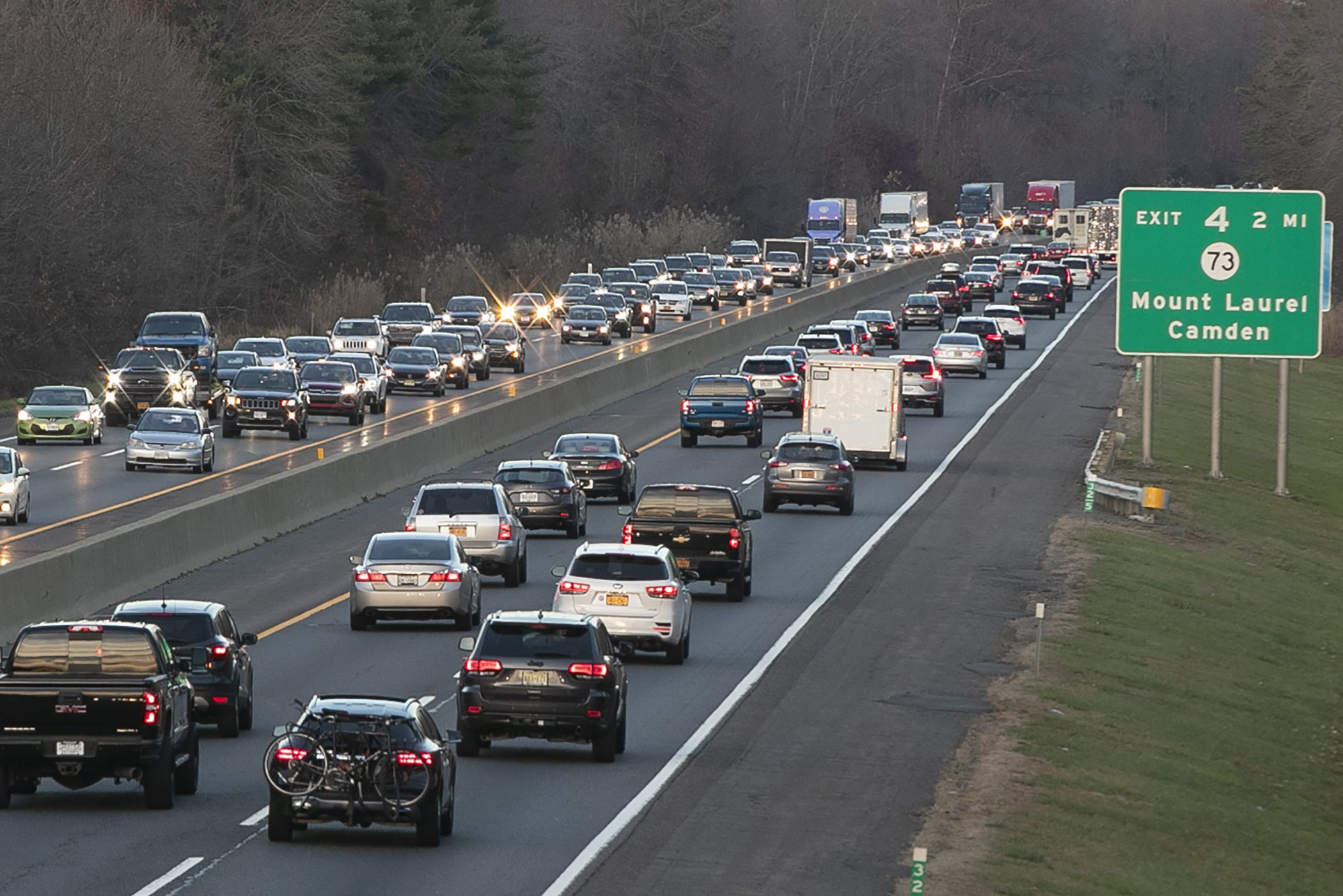 Cars travel the New Jersey Turnpike between Exits 3 和 4 as motorists took to the highway in the late afternoon, Sunday, Nov. 29, 2020, in New Jersey.
