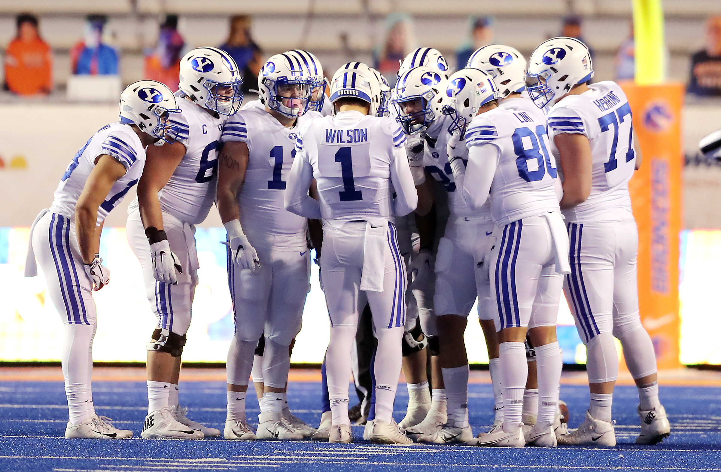 杨百翰 Cougars quarterback Zach Wilson (1) calls a play in the huddle as BYU 和 Boise State play a college football game at Albertsons Stadium in Boise on Friday, Nov. 6, 2020. BYU won 51-17.
