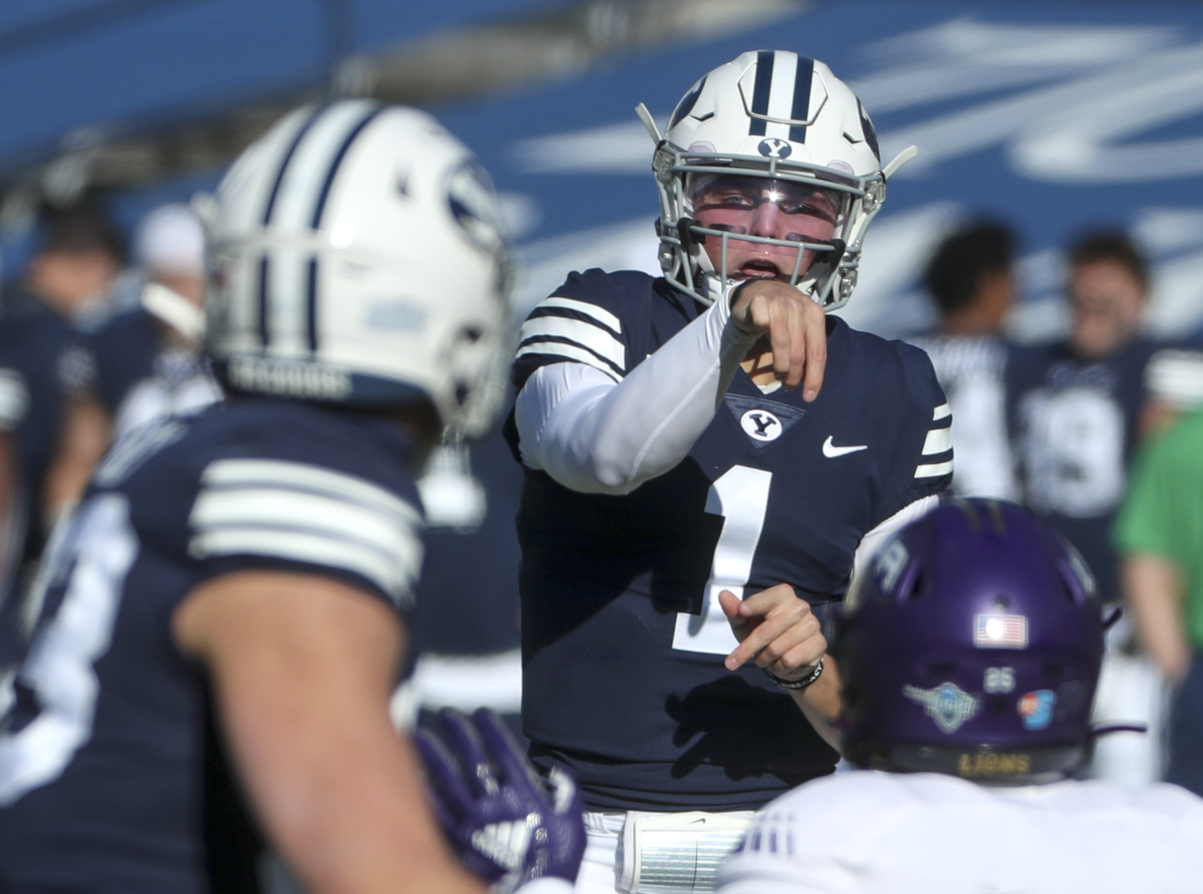 杨百翰 Cougars quarterback Zach Wilson flips a pass over the North Alabama defense during a game in Provo on Saturday, Nov. 21, 2020.