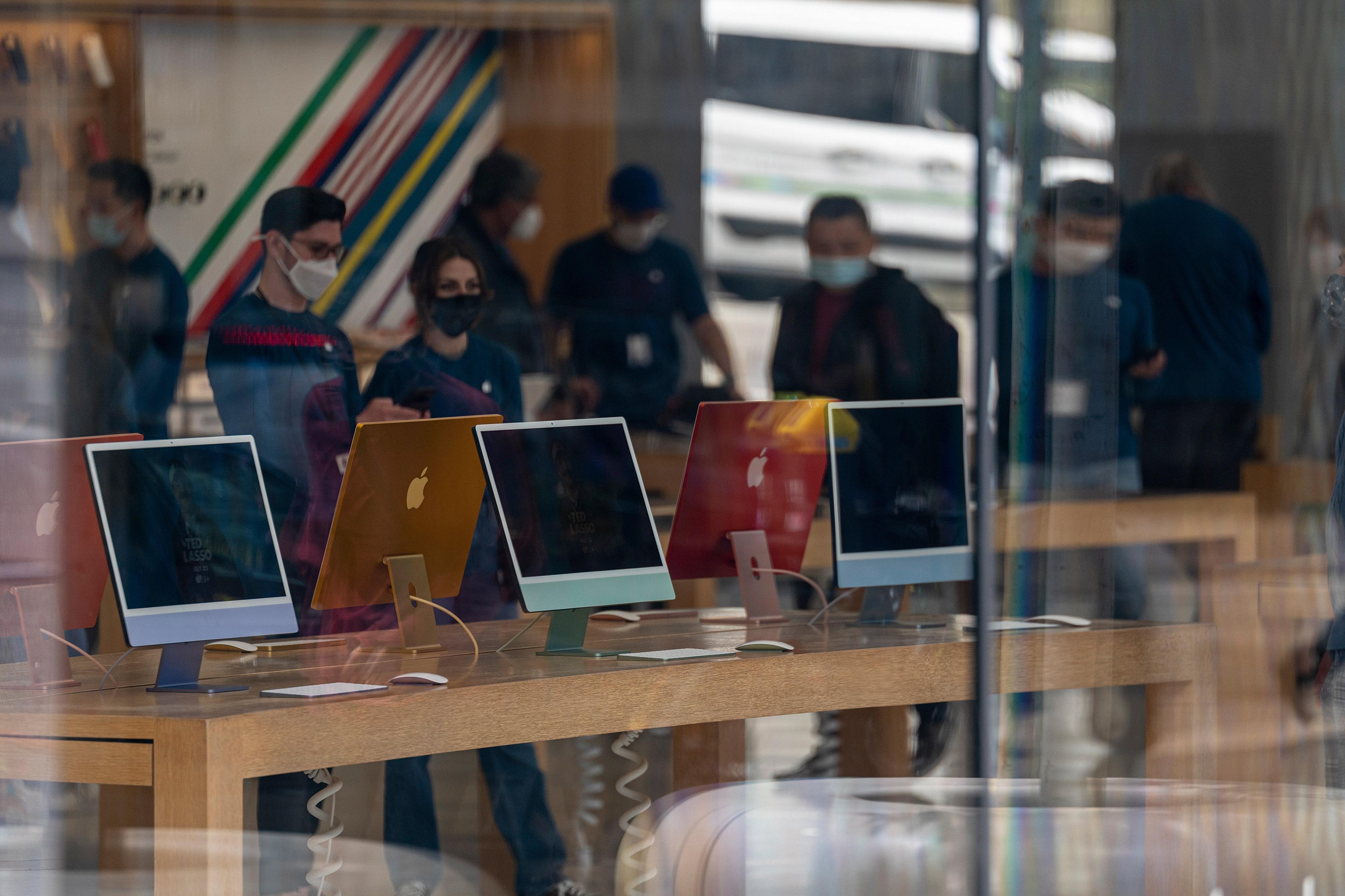 An Apple Store Ahead Of Earnings Figures