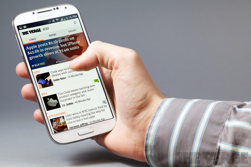 Samsung Galaxy S4 in hand (875px)