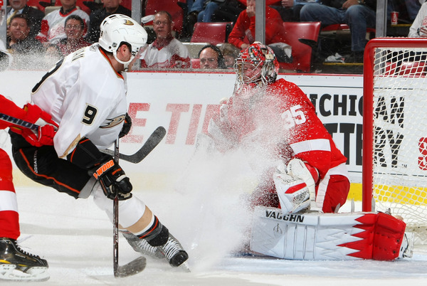 DETROIT - OCTOBER 8:  Bobby Ryan #9 of the Anaheim Ducks snows Jimmy Howard #35 of the Detroit Red Wings as he makes a save during their NHL game at Joe Louis Arena on October 8, 2010 in Detroit, Michigan.(Photo By Dave Sandford/Getty Images)