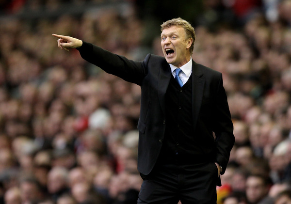 LIVERPOOL ENGLAND - JANUARY 16:   Everton Manager David Moyes issues instructions during the Barclays Premier League match between Liverpool and Everton at Anfield on January 16 2011 in Liverpool England. (Photo by Alex Livesey /Getty Images)