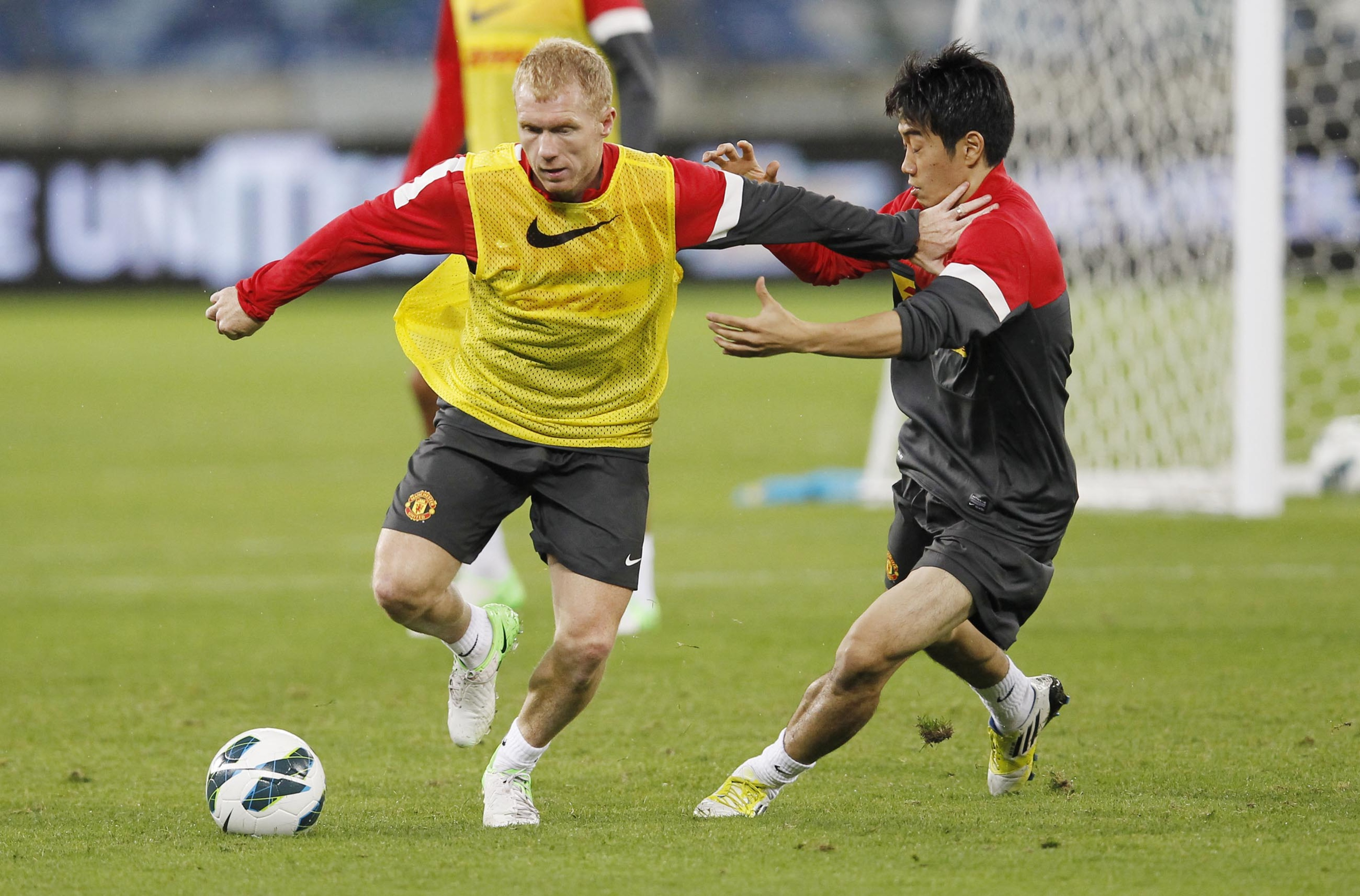 Durban, South Africa. - JULY 17:  Paul Scholes holds off Shinji Kagawa (R) during the Manchester United training session at Moses Mabhida Stadium on July 17, 2012 in Durban, South Africa..(Photo by Anesh Debiky/Gallo Images/Getty Images)