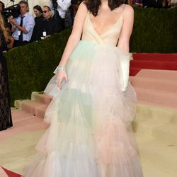 Lorde wears a Valentino gown.