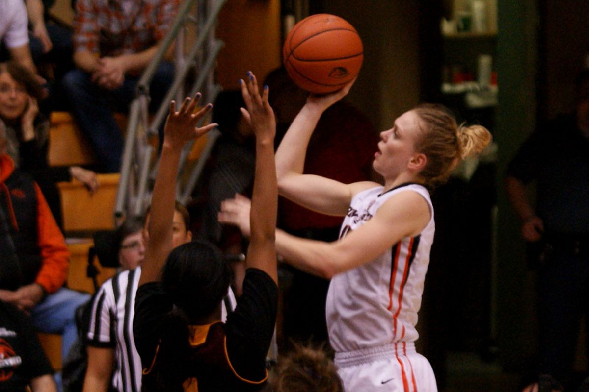 Jamie Weisner helps lead Oregon State into a tie for first place as the Beavers defeat Arizona State 67 to 44