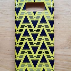 """<a class=""""ql-link"""" href=""""https://www.sheworeshop.com/collections/phone-covers/products/phone-covers-hard-case-bruised-banana"""" target=""""_blank"""">Arsenal phone cover</a>. Because you phone should definitely have a case. You're going to drop it. Yes, even you. For the Gooner who is always on their phone, obviously. From <a class=""""ql-link"""" href=""""https://www.sheworeshop.com/"""" target=""""_blank"""">She Wore Shop</a>."""