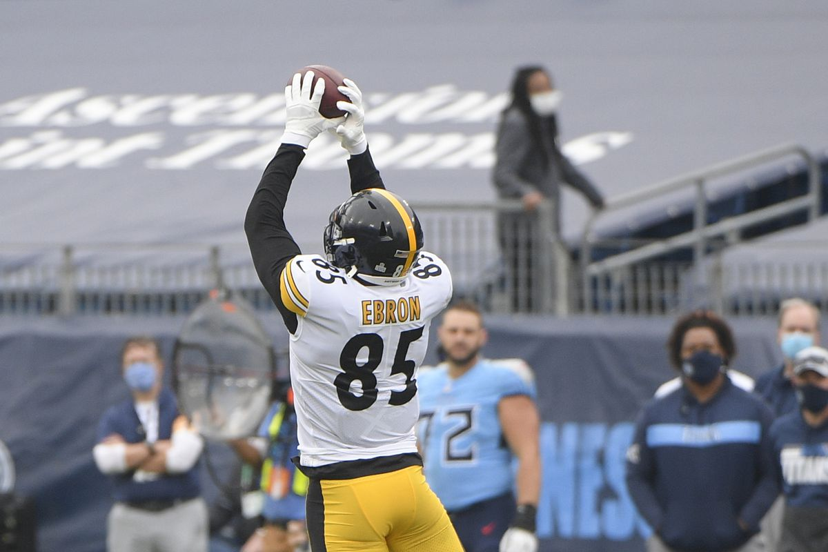 Pittsburgh Steelers tight end Eric Ebron (85) makes a catch against the Tennessee Titans during the first half at Nissan Stadium.