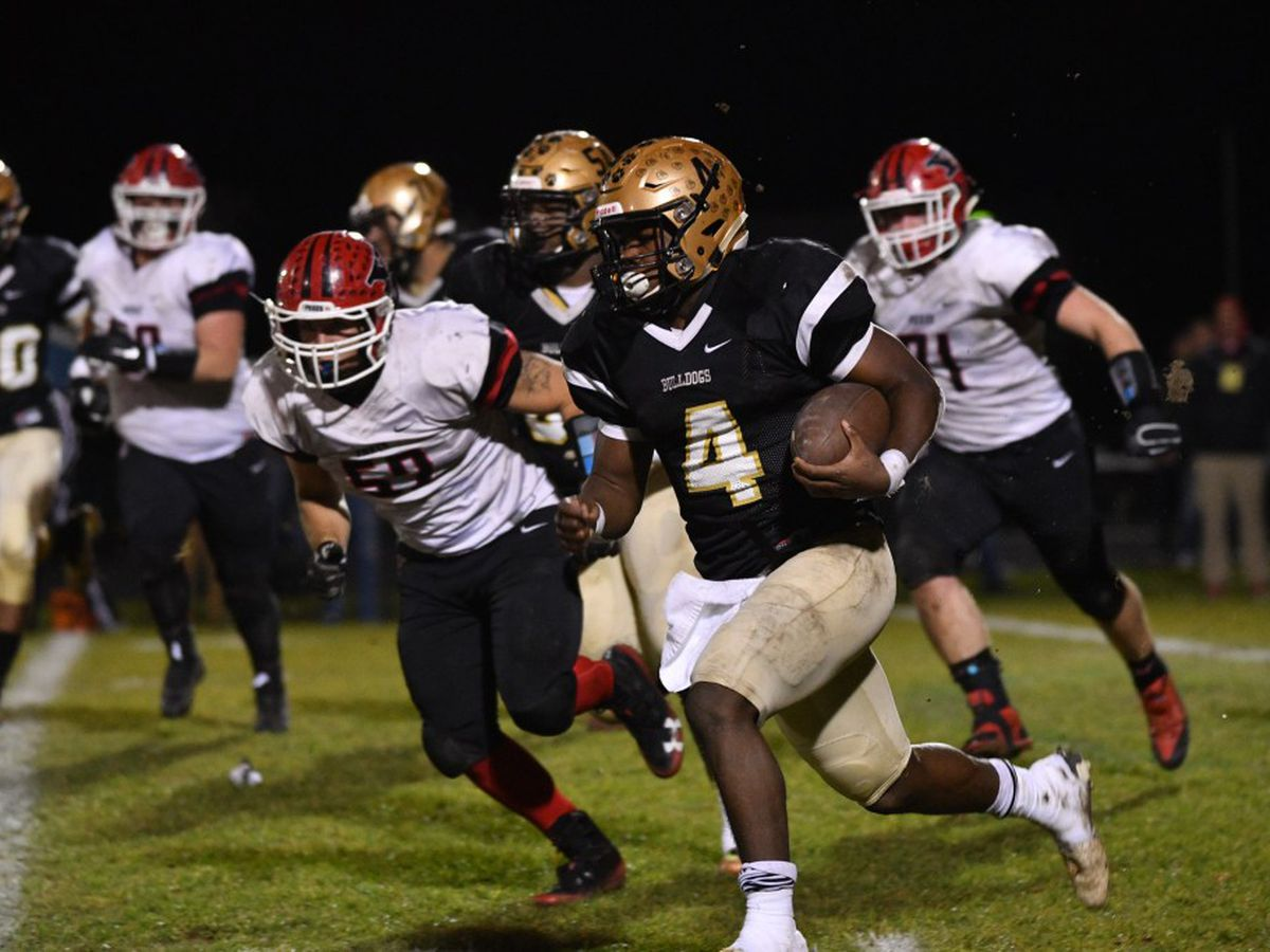 Richards' Leshon Williams (4) runs around the corner against Yorkville.