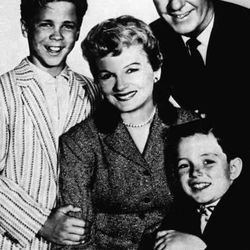 """In this undated file photo, from left, Tony Dow as Wally, Barbara Billingsley as June, Hugh Beaumont as Ward and Jerry Mathers as Beaver, the cast of the TV series """"Leave It to Beaver,"""" pose for a publicity portrait. (AP Photo/File)"""