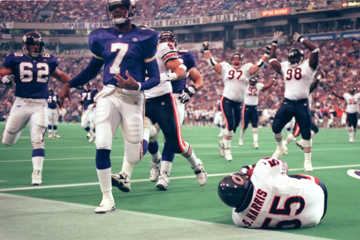 VIKINGS FOOTBALL Oct. 10 - Chicago - noon start Home:Editor; Tom Wallace, Steve Rice Photographers; Judy Griesedieck, Carlos Gonzalez, Jerry Holt, Brian Peterson, Jeff Wheeler — Minneapolis Bears at Vikes Sunday 10/10/99----Bears Sean Harris recovered