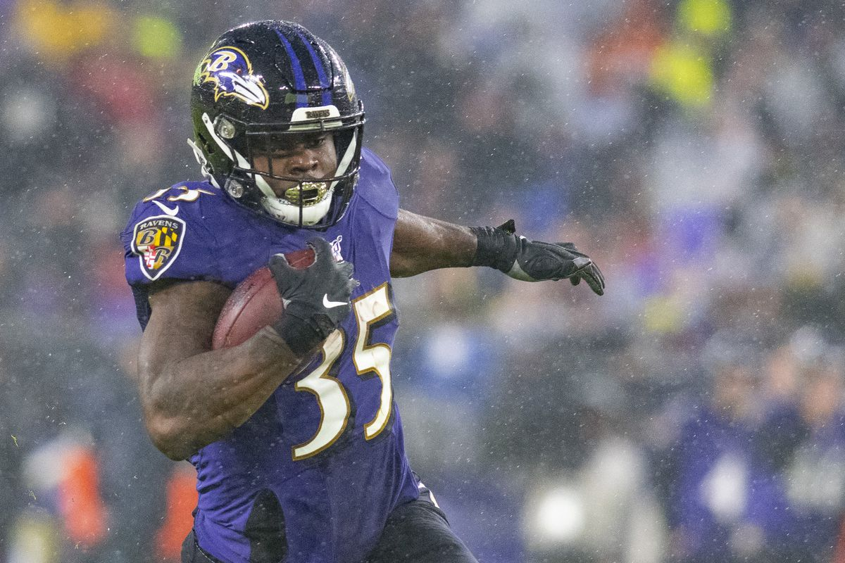 Baltimore Ravens running back Gus Edwards rushes during the first quarter against the Pittsburgh Steelers at M&T Bank Stadium.