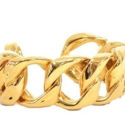 "<a href=""http://f.curbed.cc/f/Portero_SP_RackedALL_080713_ChanelBracelet"">Chanel Vintage Gold Tone Bangle Bracelet - 30% OFF</a>"