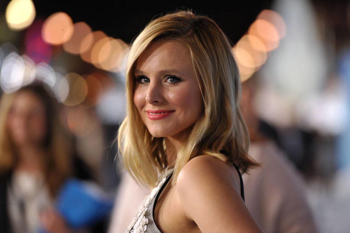 """Kristen Bell attends the world premiere of """"Frozen,"""" on Tuesday, Nov. 19, 2013, in Los Angeles. The UCLA football team and coach Jim Mora will join Bell in serving Thanksgiving dinner at the Pink Taco restaurant on the Sunset Strip."""