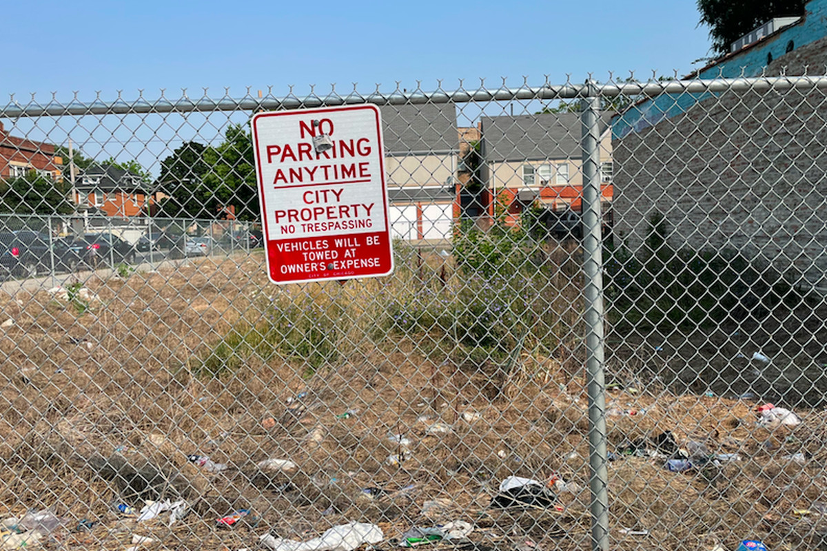 At 75th and Coles, a vacant city lot that some residents tried to turn into a community garden has become a site littered with garbage. | Mary Mitchell/Sun-Times