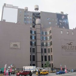 """Image via <a href=""""http://www.boweryboogie.com/2011/10/hollister-paints-second-mural-above-east-houston"""" rel=""""nofollow"""">Bowery Boogie</a>"""