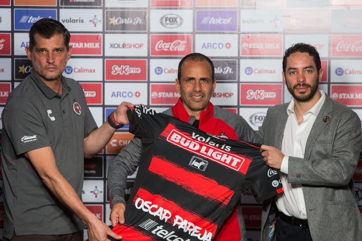 Sporting Director Ignacio Palou and Club President Jorgealberto Hank welcome new Club Tijuana manager Óscar Pareja to the team.