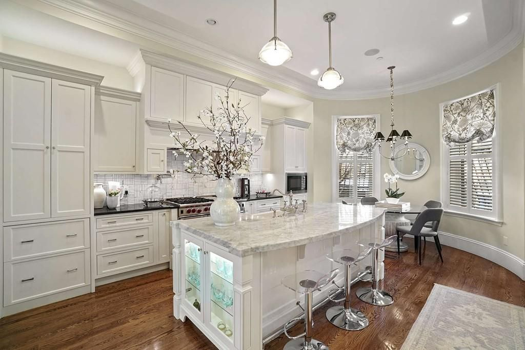 A large kitchen with an island and lots of cabinetry.