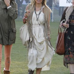 The key to piling on accessories? Keep it all in the same color family, as demonstrated by Fergie.