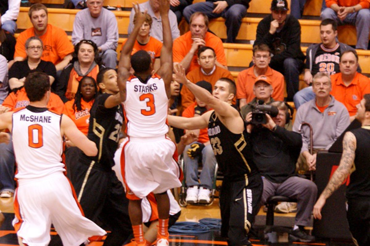 Oregon St.'s Ahmad Starks hit 5 straight shots, running off 14 consecutive shots, on his way to a game high 18 points against Colorado, as the Beavers beat the Buffs 83-69. <em>(Photo by Andy Wooldridge)</em>