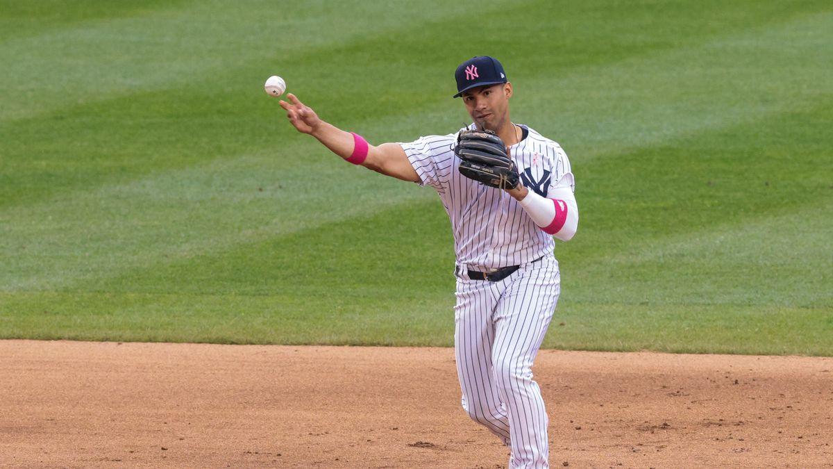 纽约洋基队游击手托雷斯在洋基球场第七局对华盛顿国民队的比赛中将球掷向一垒出局。