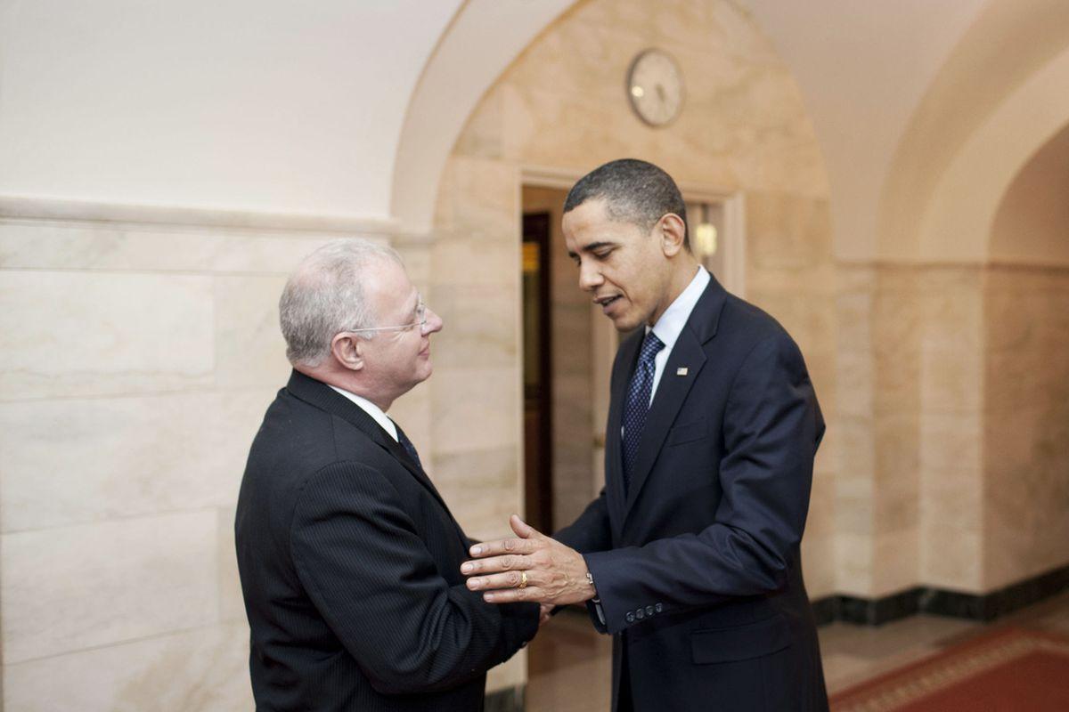 """via <a href=""""http://upload.wikimedia.org/wikipedia/commons/5/56/Howard_Schmidt_and_Barack_Obama.jpg"""">upload.wikimedia.org</a>"""