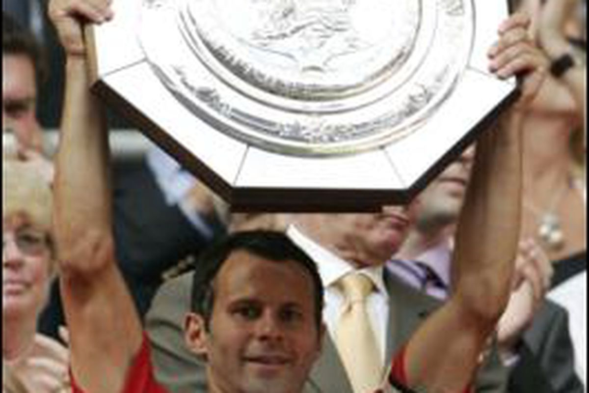 Giggs lifts the community shield
