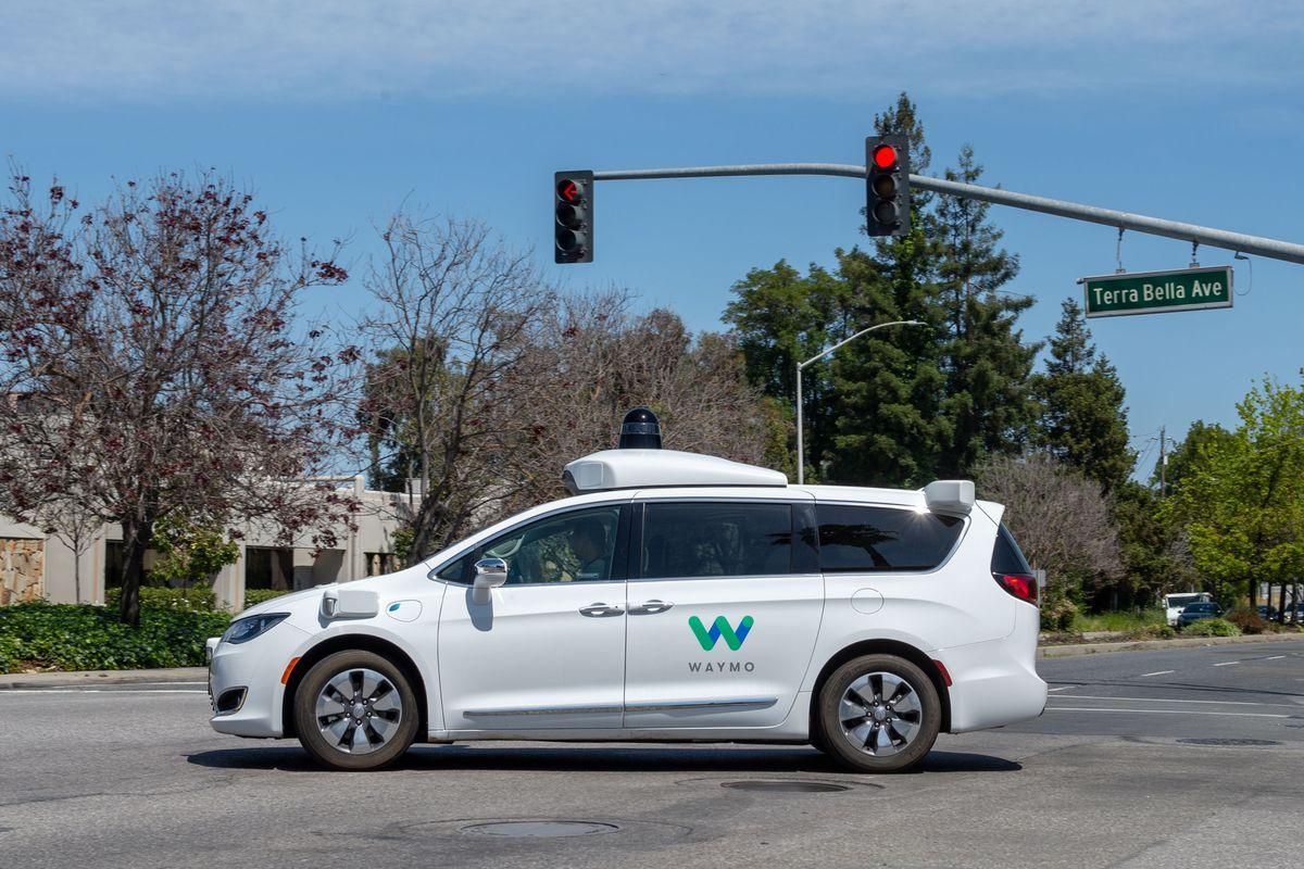 谷歌姊妹公司Waymo推出的自行推进汽车