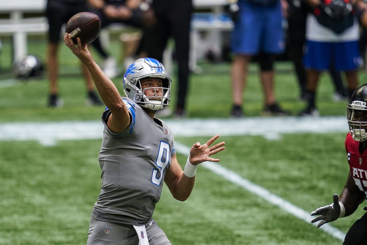 Lions quarterback Matthew Stafford (9) passes against the Atlanta Falcons during the first half at Mercedes-Benz Stadium.