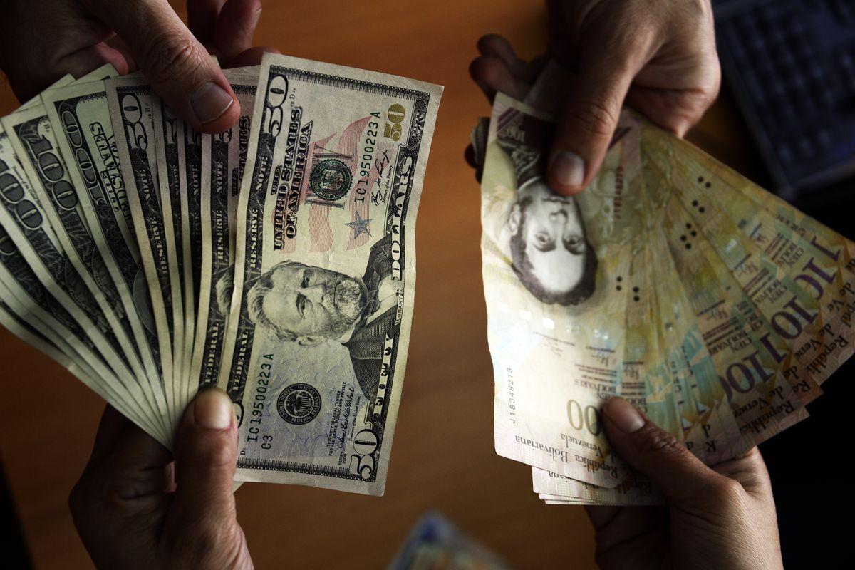 Venezuelan bolívars being exchanged for dollars.