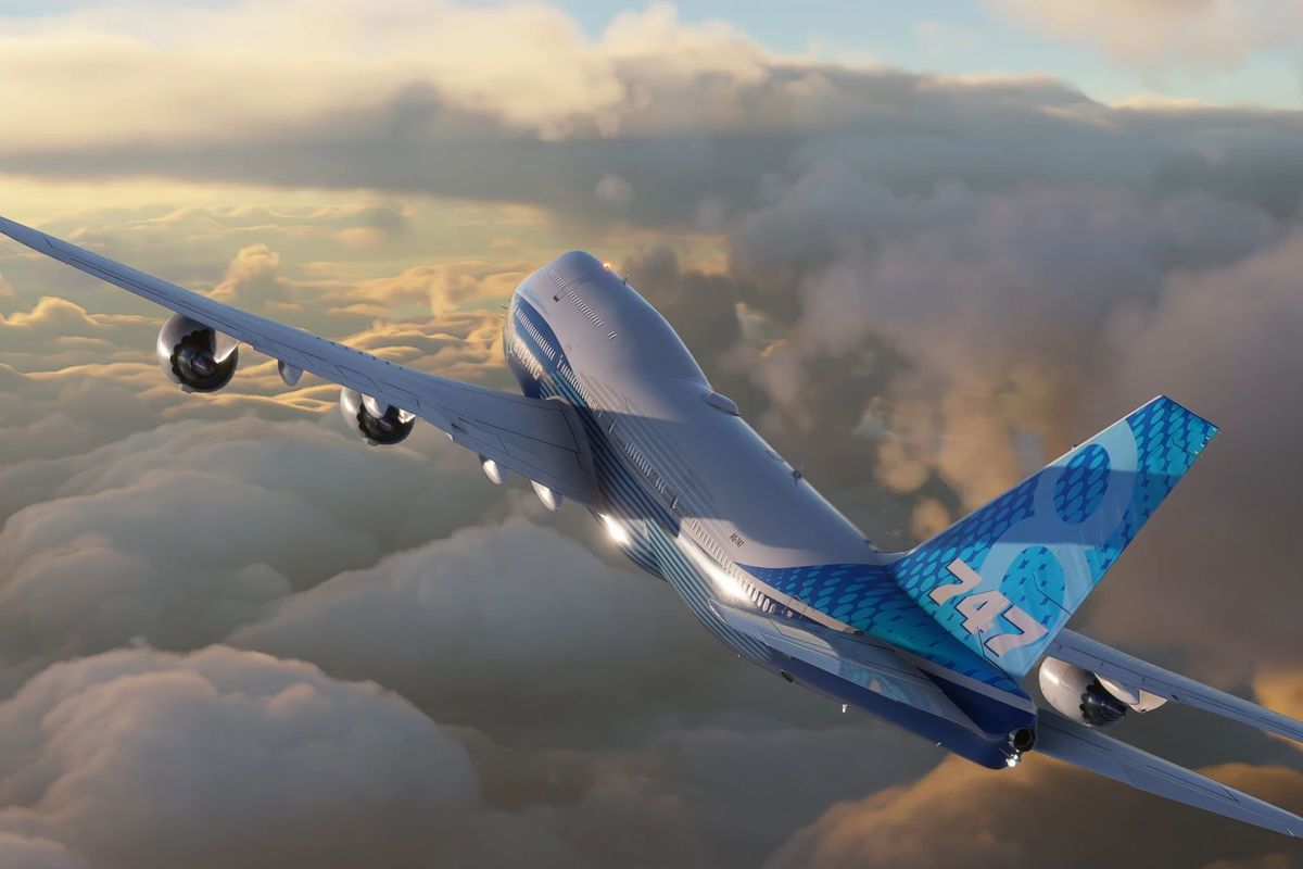 A Boeing 7u47-8i banks right in Microsoft Flight Simulator. Below it a cloud layer, tens of thousands of feet high, glows in the sunset.