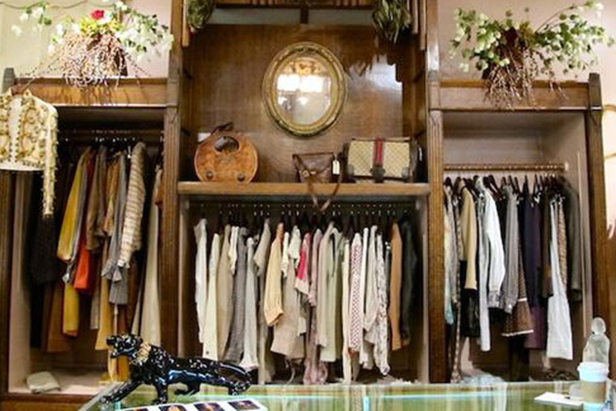 """Image via <a href=""""http://www.sidetour.com/experiences/join-a-vintage-and-antique-hunt-with-a-seasoned-collector"""">SideTour</a>"""