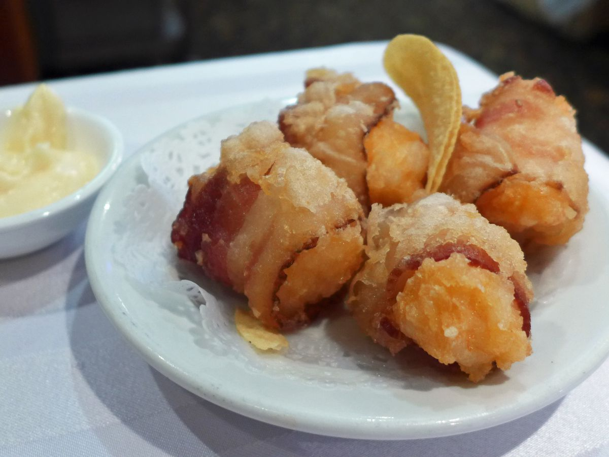 The bacon wrapped shrimp come with mayo and two Pringles potato chips