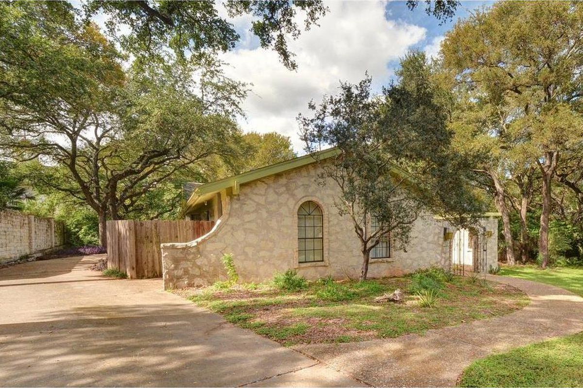 1976 ranch-style house with light stone facade and green trim