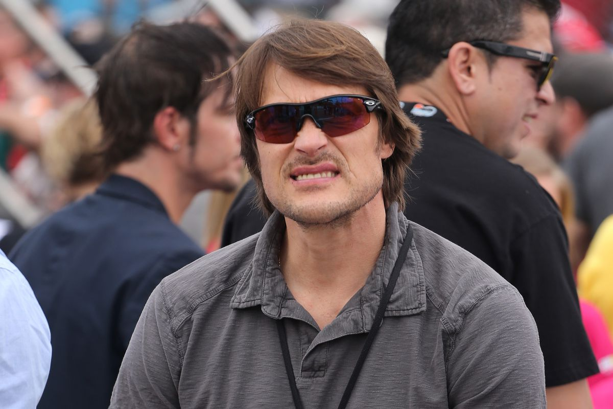 On the day off, Teemu goes to see a Nascar race in Arizona - and his hair looks awesome.