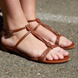 Minimalist feet: not everyone needs color on the toes.