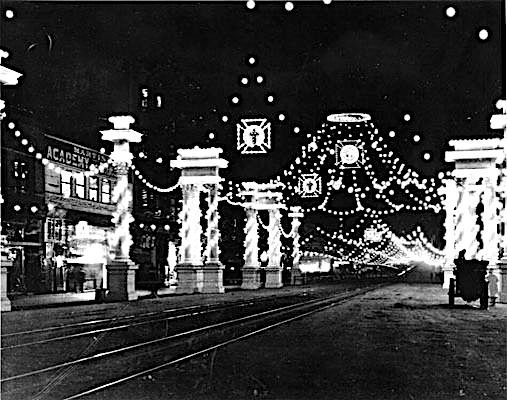 Knights Templar nighttime decorations at Market, Kearny, Geary, and Third streets, 1904.