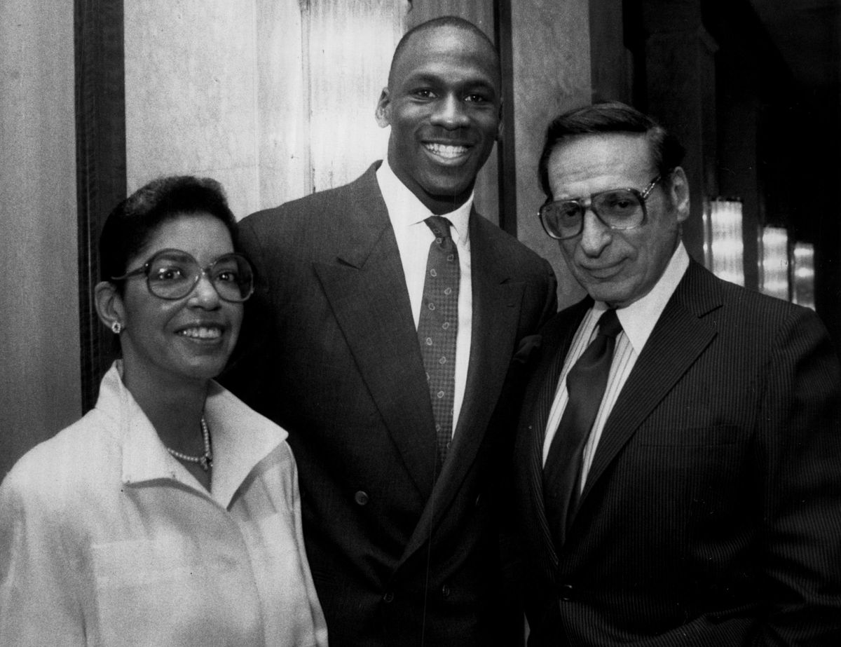"""Irvig Kupcinet Chicago Sun-Times columnist Irving Kupcinet and Sharon Gist Gilliam, the city's chief operating officer, were honored Wednesday for their civic contributions at a """"Dining with Michael Jordan"""" dinner at the Westin Hotel."""