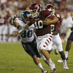 Villanova's Matt McCann (30) attempts to defend as Temple's Chris Coyer (10) scores a touchdown during the first half of an NCAA college football game on Friday, Aug. 31, 2012, in Philadelphia.