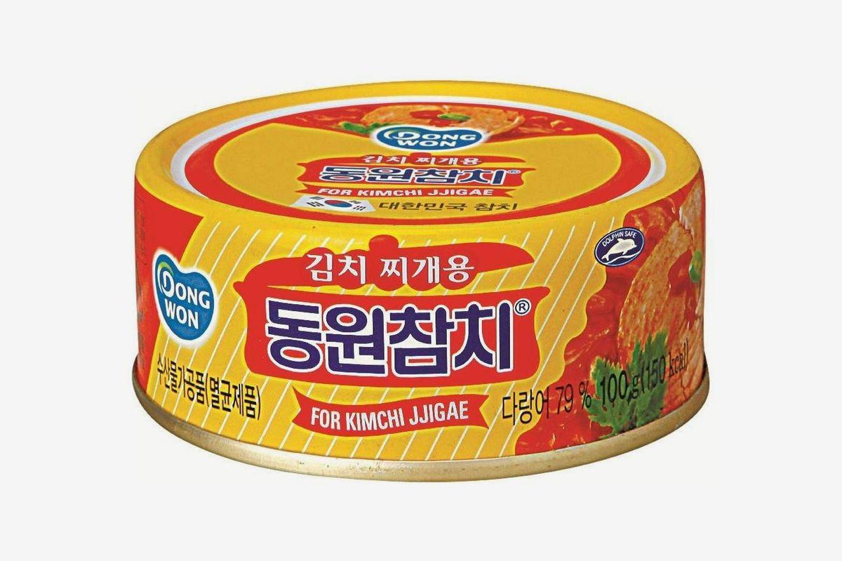 A can of Dong Won Tuna In Kimchi Sauce