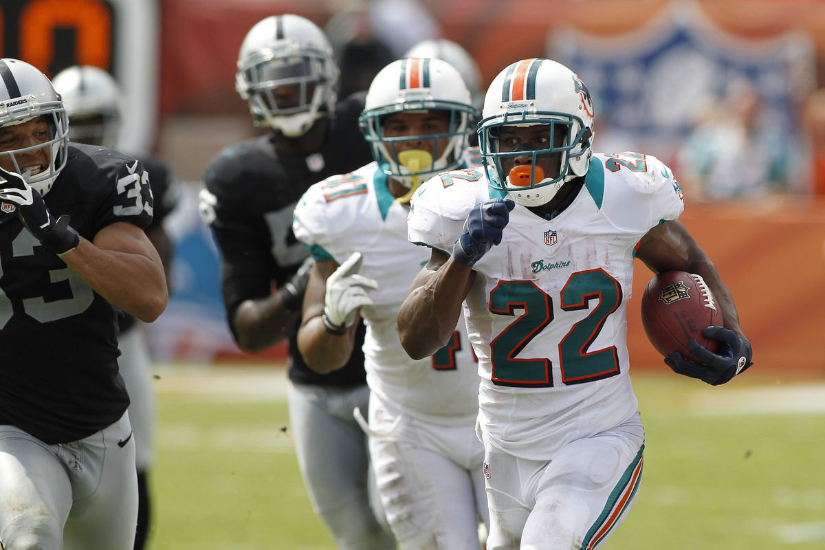 Miami Dolphins running back Reggie Bush (22) runs for his second touchdown of the third quarter against the Oakland Raiders