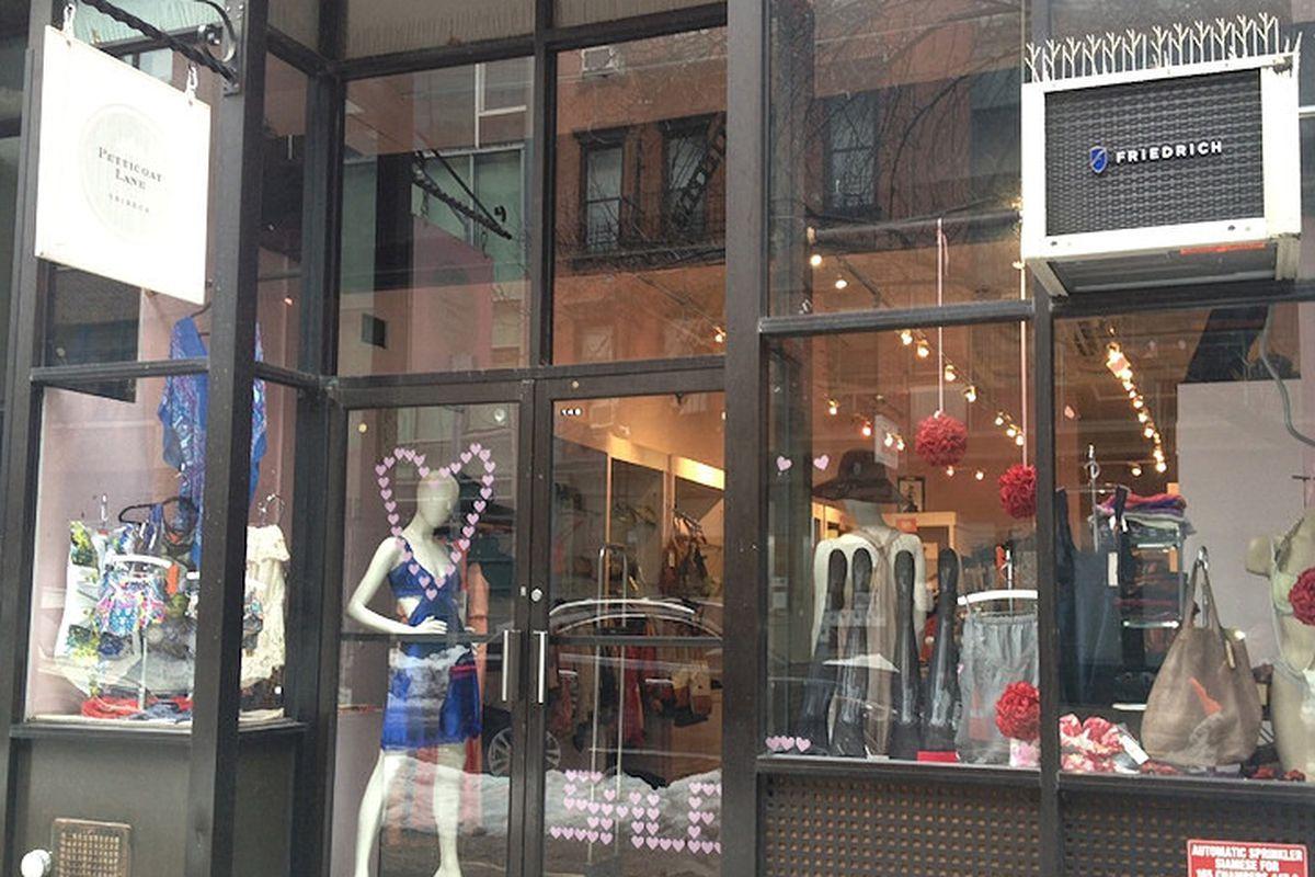 "<a href=""http://www.bagshop.com/petticoat-lane-locations/"">Petticoat Lane</a>"