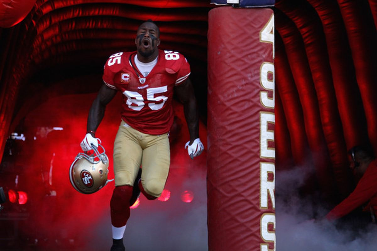 SAN FRANCISCO - SEPTEMBER 20:  Vernon Davis #85 of the San Francisco 49ers runs on to the field for their game against the New Orleans Saints at Candlestick Park on September 20 2010 in San Francisco California.  (Photo by Ezra Shaw/Getty Images)