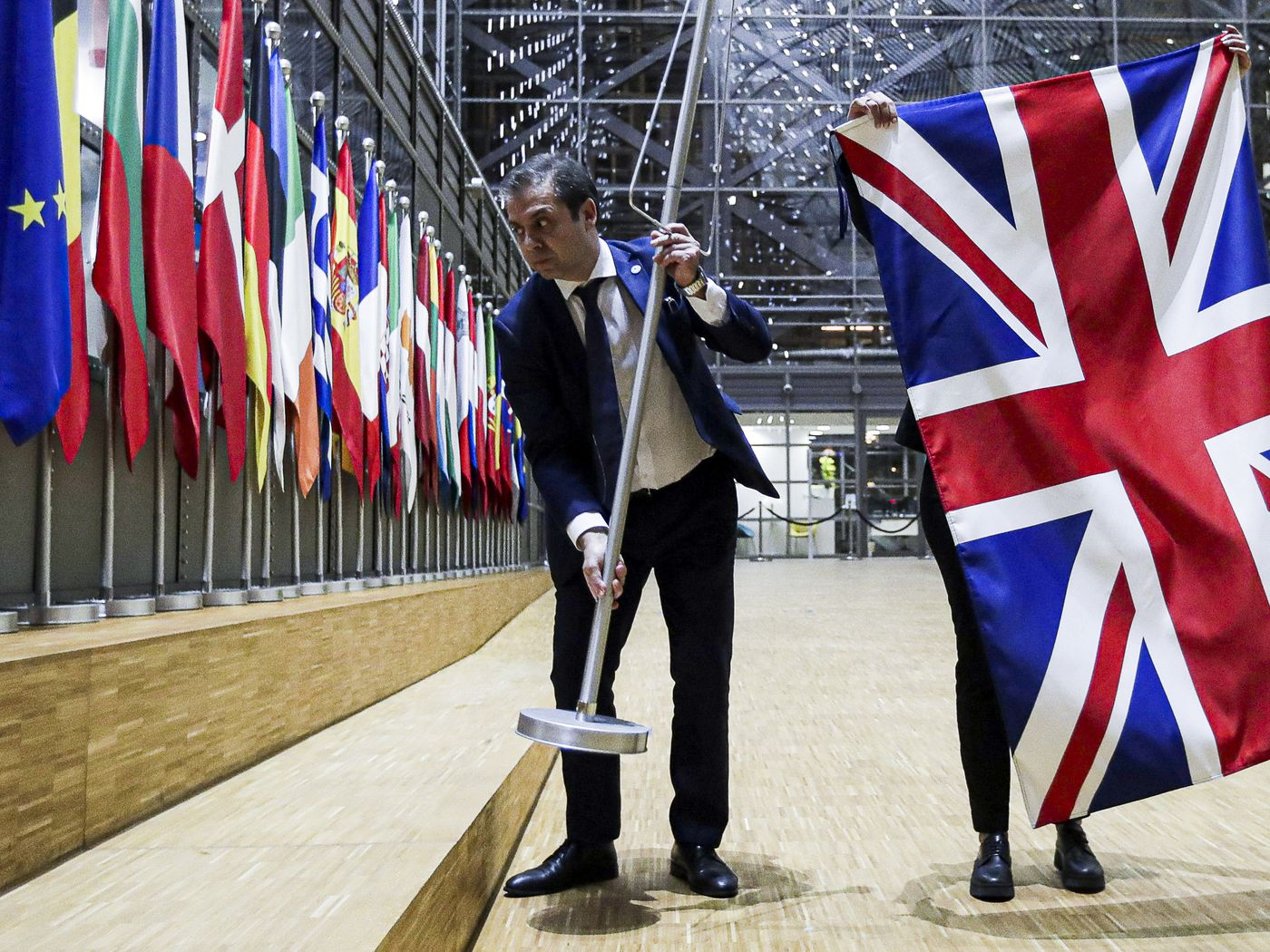 Brexit: Watch as EU officials solemnly take down the UK flag - Vox