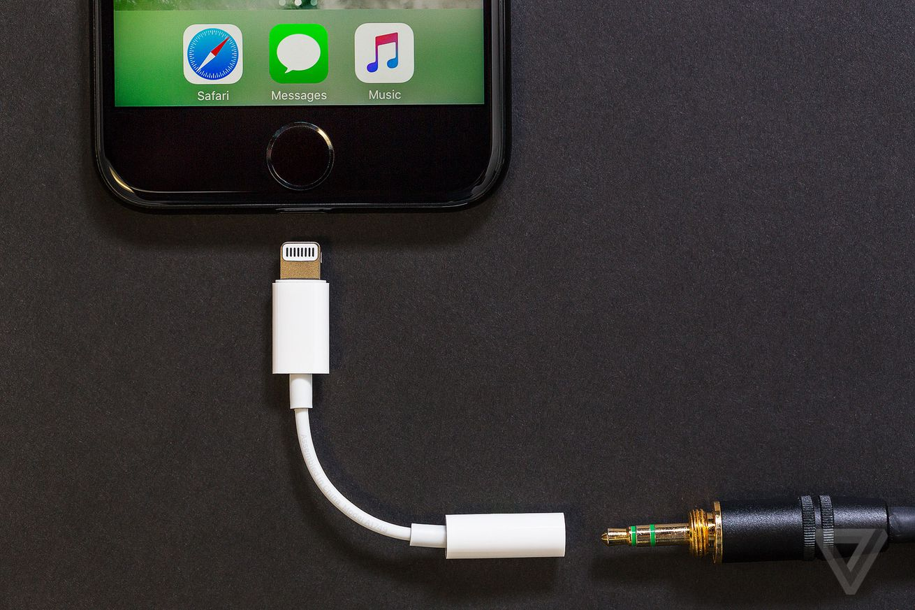 apple no longer ships free headphone dongles with new iphones