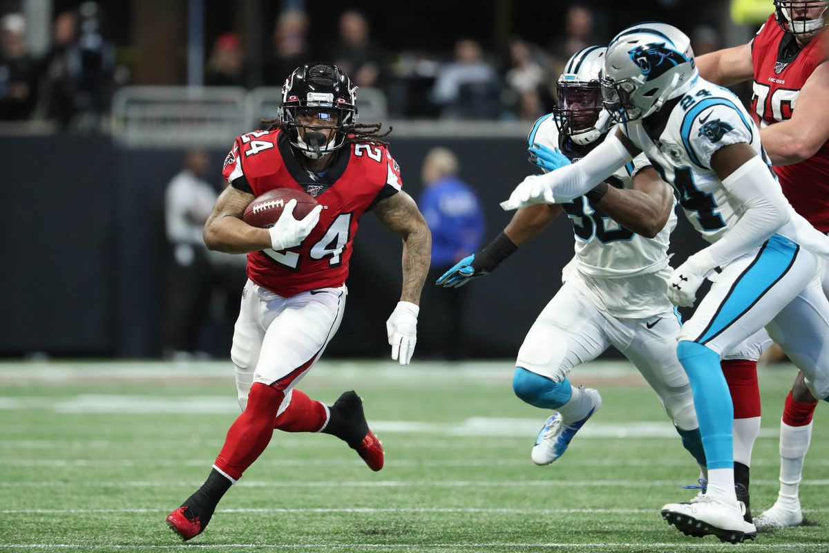 Atlanta Falcons running back Devonta Freeman (24) runs for yards in the first quarter against the Carolina Panthers at Mercedes-Benz Stadium.