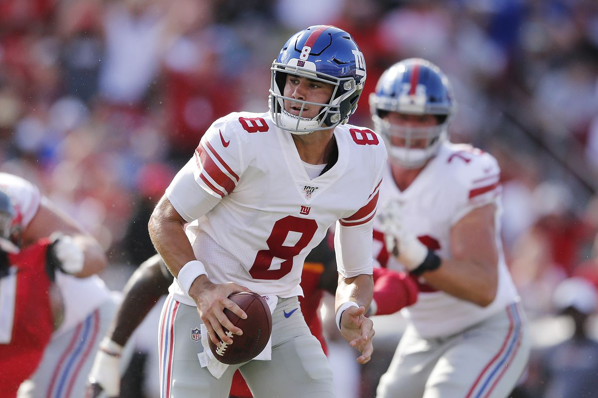 Daniel Jones of the New York Giants looks to pass against the Tampa Bay Buccaneers during the second quarter at Raymond James Stadium on September 22, 2019 in Tampa, Florida.